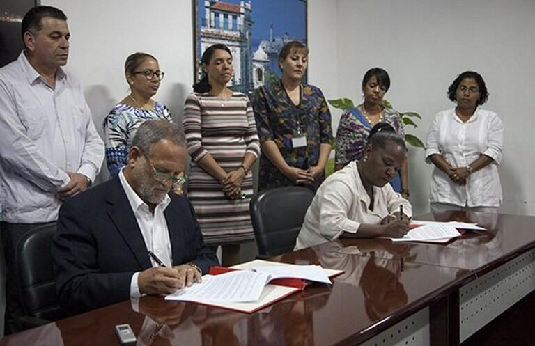Imagen del momento de la firma en La Habana entre los dirigentes de la estatal CubaExport y la empresa estadounidense Coabana Trading LLC, este 5 de enero de 2017.