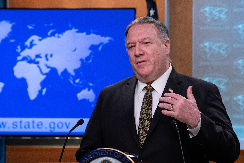Mike Pompeo habla durante una rueda de prensa que dio en la sede del Departamento de Estado, el 22 de abril de 2020 en Washington