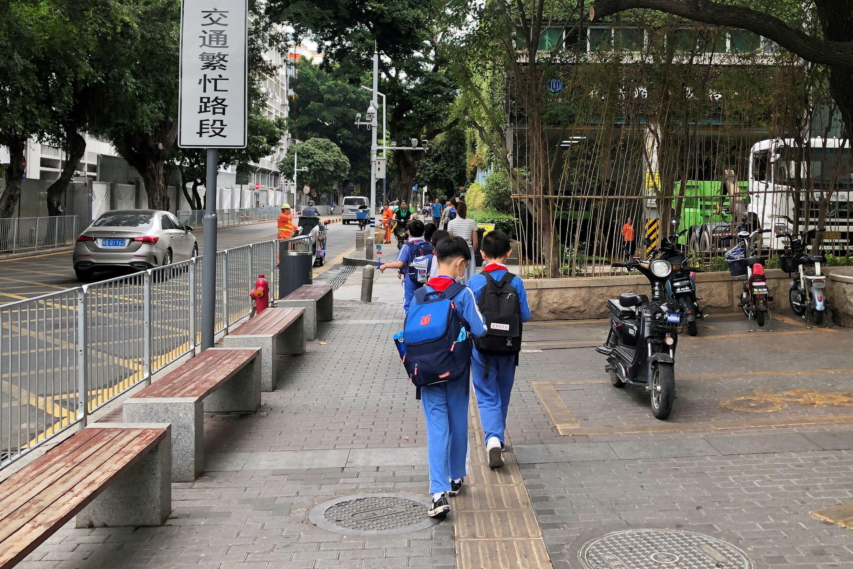 中国深圳下课后回家的学生