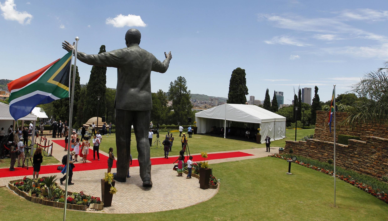 Uma estátua gigante de Nelson Mandela em bronze foi inaugurada em frente à sede do governo em Pretória, na África do Sul.