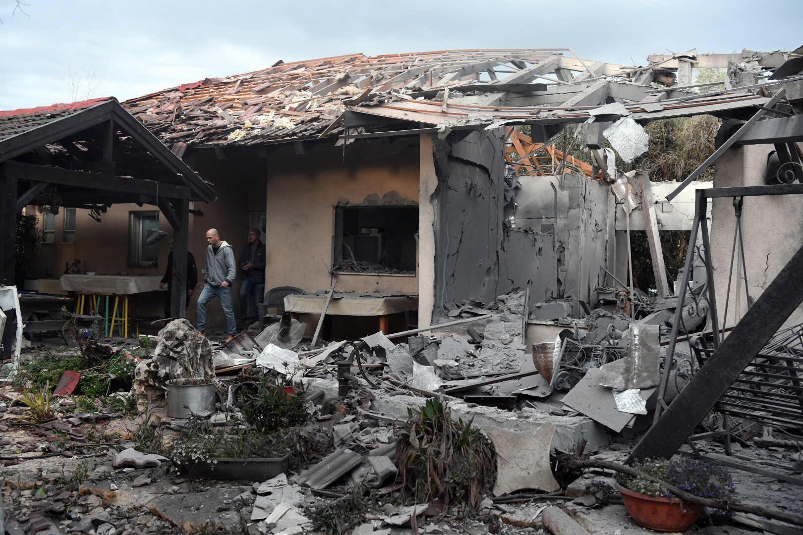 После удара семь человек были доставлены в больницу.