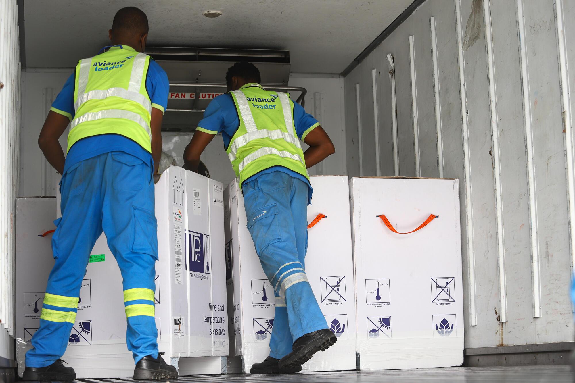 Descarga de un cargamento de vacunas contra el covid-19 en el aeropuerto de Accra, en Ghana, el 24 de febrero de 2021