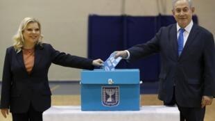 Le Premier ministre israélien Benyamin Netanyahu et son épouse Sara glissent votent dans un bureau de Jérusalem pour les élections législatives, le 2 mars 2020.