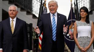 Ảnh minh họa: Tổng thống Mỹ Donald Trump (G) trả lời báo giới tại sân golf Bedminster, New Jersey. Hai bên là  ngoại trưởng Tillerson (T) và Nikki Haley, đại sứ tại Liên Hiệp Quốc.