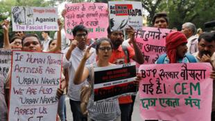 Des manifestants protestent contre l'arrestation des cinq activistes des droits de l'homme, à New Delhi, le 30 août 2018.