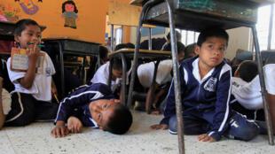 Foto de archivo. Niños en un simulacro de tiroteo entre el Ejército y las FARC, el 25 de septiembre de 2012 en Toribio, Cauca.