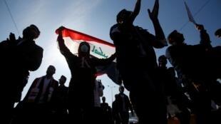 Em 28 de janeiro de 2020, estudantes iraquianos protestam em Basra, Iraque.