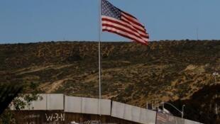 La bandera de Estados Unidos flota sobre el muro que separa ese país de México. Tijuana, Baja California, enero de 2017.