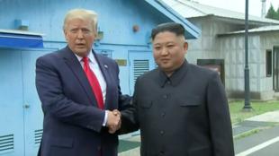 特朗普在金正恩的邀请下走过军事分界线    2019年6月30日