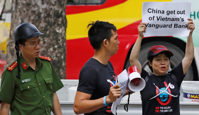 Một vài người phản đối tầu khảo sát của Trung Quốc thâm nhập bãi Tư Chính của Việt Nam trước đại sứ quán Trung Quốc ở Hà Nội, ngày 06/08/2019.
