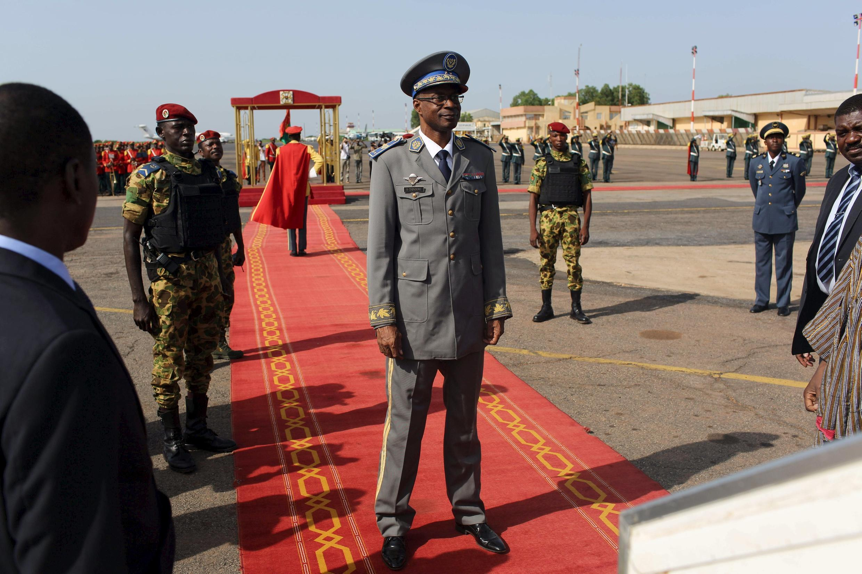 Le général Diendéré, à la tête du pustch raté, à l'aéroport international de Ouagadougou, le 23 septembre 2015.