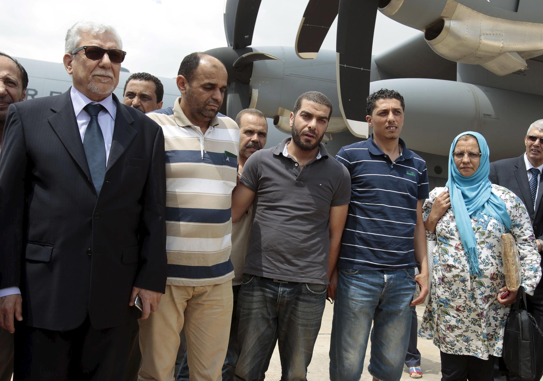 Les dix membres du consulat tunisien à Tripoli enlevés par Fajr Libya ont été libérés, le 19 juin 2015 et accueillis à l'aérodrome de Tunis par le ministre des Affaires étrangères Taieb Bakouch (à gauche).