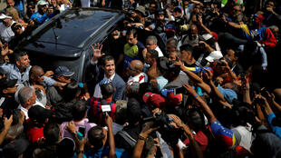 El líder de la oposición venezolana y autoproclamado presidente interino Juan Guaido saluda a sus seguidores durante un mitin contra el gobierno del presidente venezolano Nicolás Maduro en Caracas, Venezuela, el 2 de febrero de 2019.