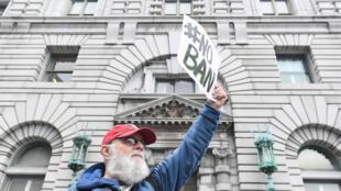 Manifestante protesta contra el decreto migratorio de Donald Trump, el 7 de febrero de 2017 ante la corte de apelaciones de San Francisco.