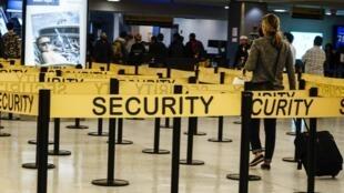 Passageiros passam por área especial no aeroporto JFK, em Nova York.