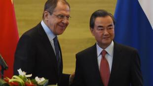 Ảnh tư liệu : Ngoại trưởng Trung Quốc Vươn Nghị và ngoại trưởng Nga Sergey Lavrov (T). Ảnh chụp tại Bắc Kinh  ngày 29/04/2016.
