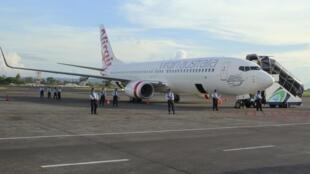 A polícia indonésia cerca o avião da Virgin Australia no aeroporto de Denpasar, em Bali, nesta sexta-feira (25).