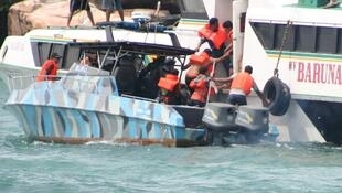 Kikosi cha waokoaji wakiwaokoa waathirika baada ya feri kuzama karibu na kisiwa cha Riau Indonesia Novemba 22, 2009.