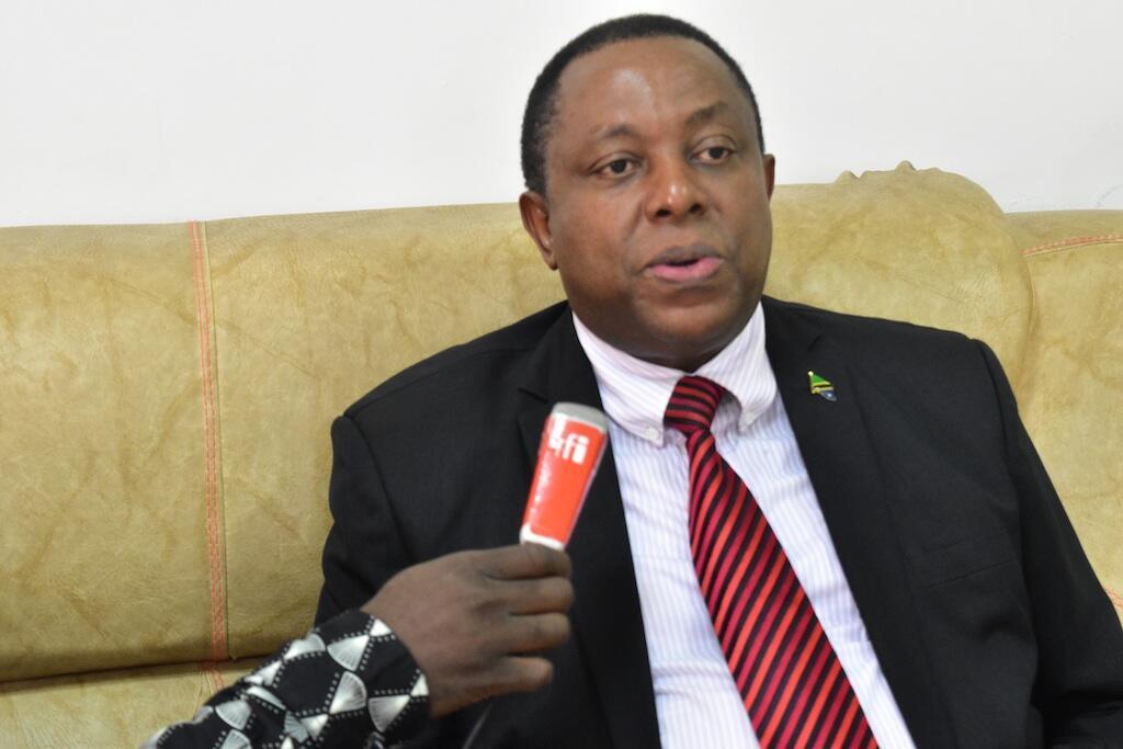 Mkurugenzi wa Mamlaka ya Maendeleo ya Biashara Tanzania (Tan Trade) Edwin Rutageruka akihojiwa na Idhaa ya Kiswahili ya RFI
