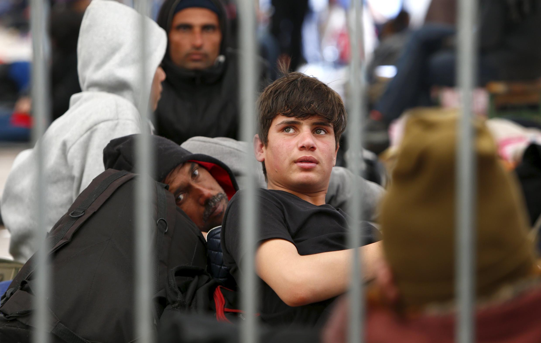 Migrantes esperam na fronteira com a Áustria para entrar no país.