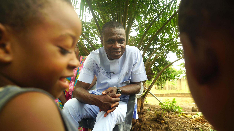 Le pasteur Richards Akonam vit à Obanliku. Au cœur des différents clans Becheve, il mène la bataille contre les mariages forcées et la traite de mineures.