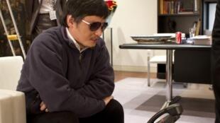 O ativista Chen Guangcheng fala ao telefone na embaixada dos Estados Unidos em Pequim, no último dia 2 de maio