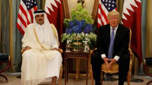 Quốc vương Qatar Tamim Bin Hamad Al-Thani (T) gặp tổng thống Mỹ Donald Trump tại Riyad, thủ đô Ả Rập Xê Út, ngày 21/05/2017.