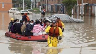 Rescatistas transportan damnificados por las calles de Bosa, en Bogotá, el 18 de octubre.