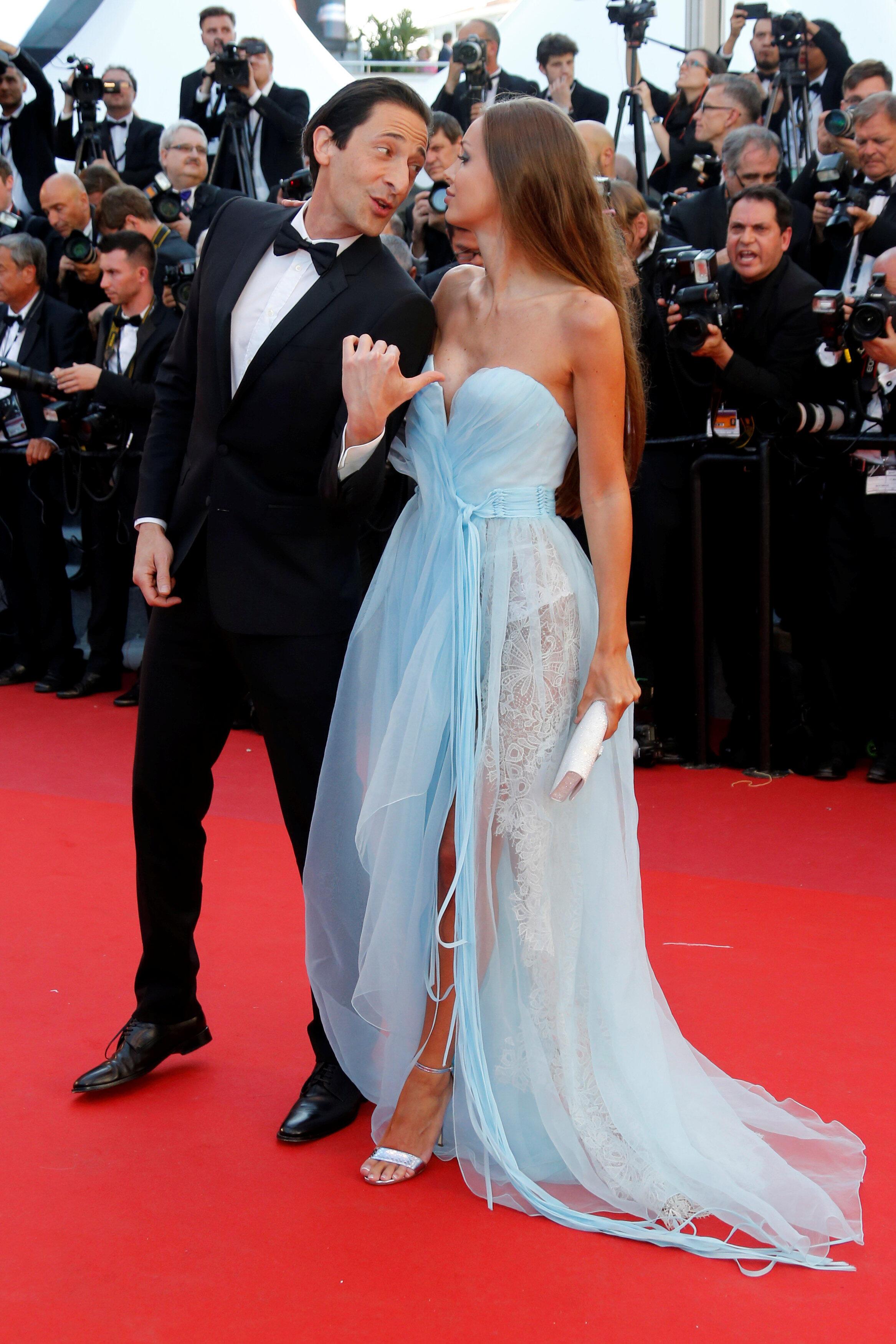 Эдриен Броди и Лара Льето, в Каннах жаркий вечер, у дам преобладает прозрачное...