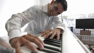 Eham Al-Ahmad,  pianiste de 28 ans dans son appartement de Wiesbaden, en Allemagne,  qu'il partage avec d'autres réfugiés, le 9 juin 2016.
