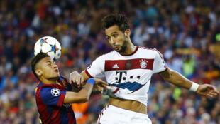 Mchezaji wa Morocco, Mehdi Benatia (kulia)akiichezea Bayern Munich wakati ilipofungwa na Barcelona mabao 3-0 katika michuano ya nusu fainali za Kombe la Mabingwa barani Ulaya katika mechi ya marudiano.