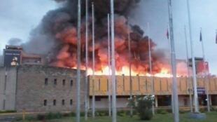 Les flammes ont ravagé une bonne partie de l'aéroport avant d'être maîtrisées en milieu de matinée ce marcredi 7 août 2013.