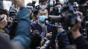 El magnate Jimmy Lai (centro), llega al tribunal de apelación de Hong Kong el 31 de diciembre de 2020