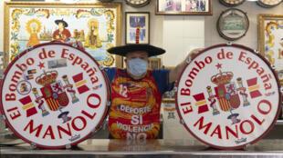 """Manuel Caceres Artesero, connu sous le nom de """"Manolo El del Bombo"""", supporter acharné de l'équipe d'Espagne de football, dans son bar de Valence le 20 mai 2020"""