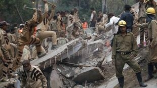 Los equipos de rescate buscan a otras 30 personas entre los escombros.