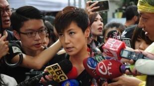 香港歌手何韵诗周日遭遇泼漆袭击后接受采访资料图片