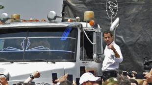 委內瑞拉臨時總統瓜伊多參觀運送救援物資車隊資料圖片