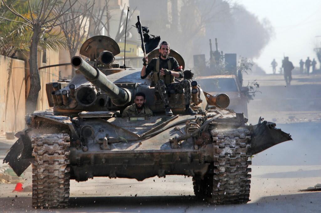 Xe tăng của lực lượng Syria được Thổ Nhĩ Kỳ hậu thuẫn tại thành phố Saraqib, phía đông tỉnh Idleb, Syria, ngày 27/02/2020.