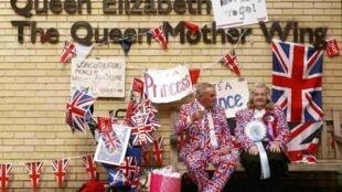Entusiastas britânicos à espera do novo bebê real, na porta da maternidade do St. Mary's Hospital, nesta segunda-feira, dia 27 de abril de 2015.