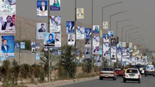 Des affiches électorales des candidats parlementaires ont été installées lors du premier jour de la campagne électorale à Kaboul, en Afghanistan, le 28 septembre 2018.