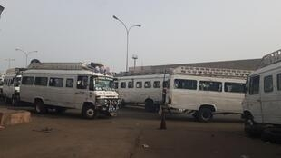 Les célèbres cars blancs de Ndiaga Ndiaye, Dakar, gare routière de Colobane, juillet 2020.