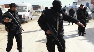 Forces de police tunisiennes en opération (février 2014).