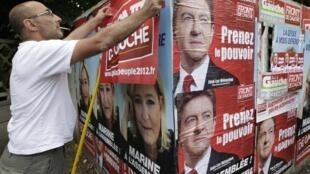 Un militante de izquierda pega afiches en una calle de Hénin-Beaumont el pasado 29 de mayo