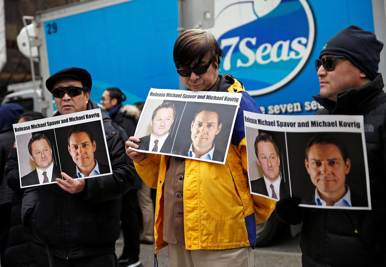 """Biểu tình đòi Trung Quốc trả tự do cho hai """"con tin"""" Canada Michael Spavor và Michael Kovrig ở bên ngoài tòa án Vancouver ngày 06/03/2019 nhân buổi ra tòa của lãnh đạo Hoa Vi Mạnh Vãn Chu."""