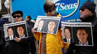 资料图片,2019年3月6日,华为财务高管孟晚舟引渡案听证会在温哥华高法举行时,抗议人士在庭外举牌,要求中国释放两名被捕的加拿大人。