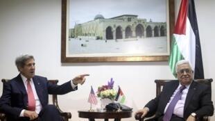 John Kerry, le secrétaire d'Etat américain (G) s'entretenant avec Mahmoud Abbas, le chef de l'Autorité palestinienne à Ramallah, le 12 décembre 2013.