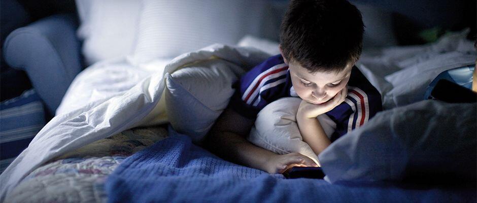 Las pantallas digitales alteran el proceso de sueño de los adolescentes.