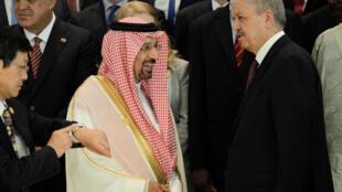El ministro saudita de energíaKhalid al-Falih (izq.) junto al primer ministro argelino Abdelmalek Sellal (d), en el Foro Internacional de Energía de Argel, el 27 de septiembre de 2016