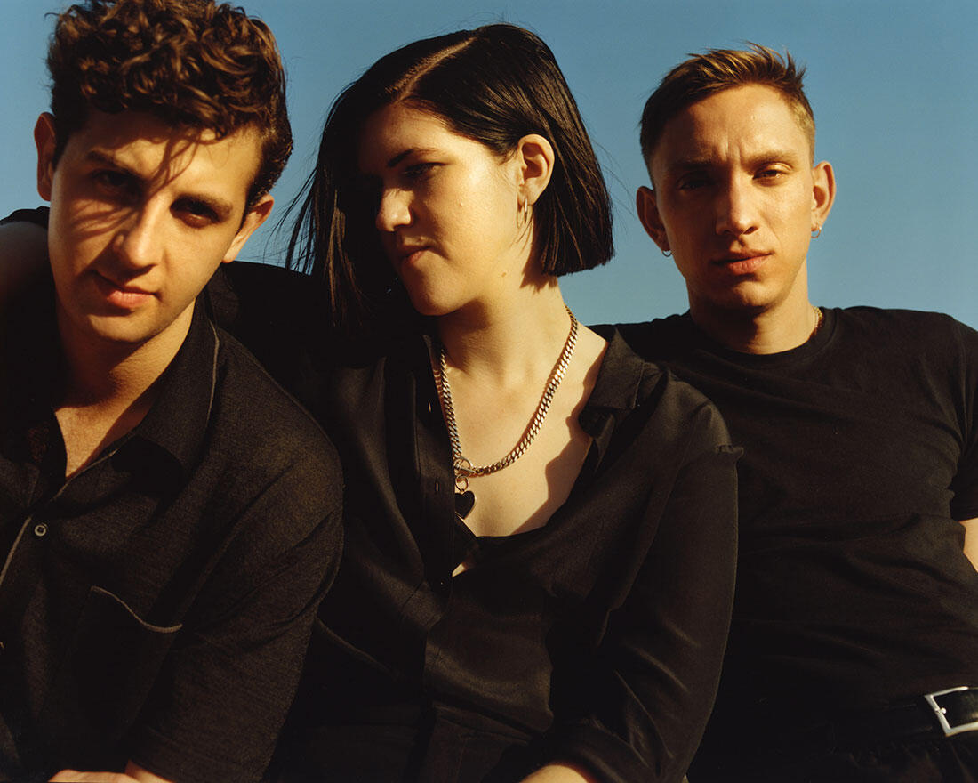 Jamie Smith (à esq.), Romy Madley Croft e Oliver Sim, formam a banda inglesa The xx