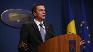 Primeiro-ministro Sorin Grindeanu quer continuar no cargo, apesar das manifestações populares.
